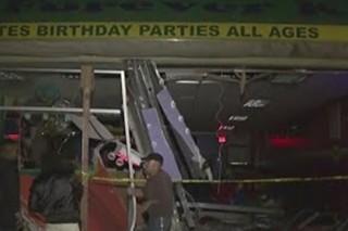 В Нью-Йорке автомобиль протаранил здание детского развлекательного центра