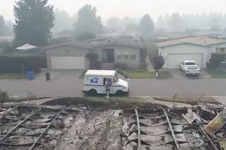 В сгоревшем калифорнийском городе обнаружили работающего почтальона