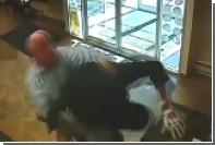 Американский пенсионер скрутил грабителя банка голыми руками
