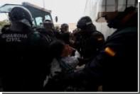 Полиция начала силой выводить голосующих с участков в Каталонии