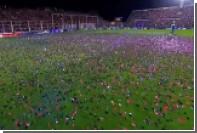 Футбольный матч в Аргентине задержали из-за огромного количества конфетти