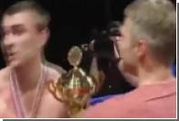 Кикбоксер из Благовещенска ударил соперника после боя и погнался за зрителем