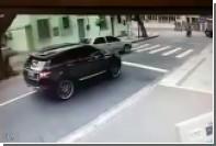 Вратарь сборной Бразилии остановился на светофоре и лишился машины
