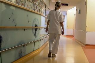 Притворявшаяся мужчиной медсестра собирала интимные фото родственниц пациентов