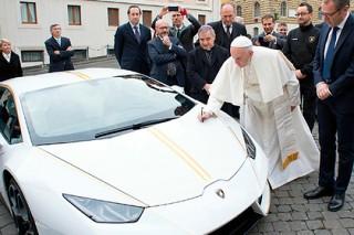 Папа Римский оставил след на капоте подаренного ему Lamborghini