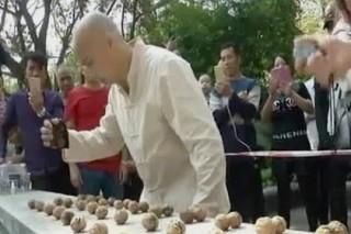 Китаец с «железной рукой» установил мировой рекорд по расколотым орехам