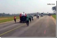 Десятки индийских солдат взгромоздились на один мотоцикл и поехали