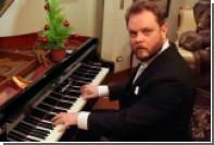 Серьезный мужчина во фраке сыграл главные рождественские песни за 500 лет