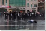 Израильские полицейские отправили женщину в полет выстрелом из вонючего водомета