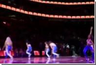 Болельщик прервал танец группы поддержки и сделал одной из девушек предложение
