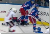 Игрок клуба НХЛ потерял сознание после толчка соперника