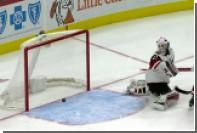 Вратарь клуба НХЛ отбил в свои ворота летевшую мимо шайбу