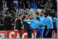 Футболиста «Марселя» удалили до начала матча за удар фаната ногой по голове