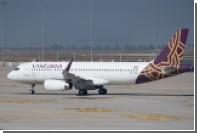 Пассажир самолета ласкал ногой шею актрисы