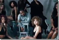 Рэпер Кендрик Ламар спел о любви и посыпал блестками голую женщину