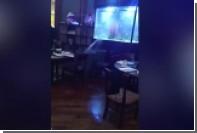 Официанты попытались спасти ресторан от потопа с помощью мусорных контейнеров