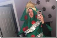 Соцсети заставили девушку разгуливать в нелепом костюме елки
