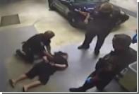 Жестокое обращение полицейских в США с женщиной в наручниках попало на видео