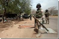 Африканцев терроризировали деревянными автоматами