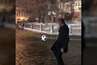 Замерзший чемпион мира почеканил мяч на Красной площади