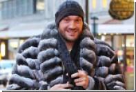 Боксер Фьюри замерз в плюсовую температуру и укутался в шубу