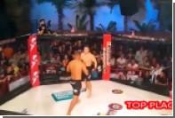 Боец MMA стал добивать потерявшего сознание соперника после нокаута