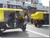 Индийские авторикши попали под колеса поездов