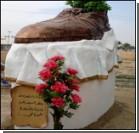 Памятник брошенному в Буша ботинку. Фото