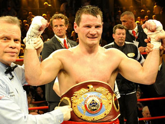 Чемпион мира по боксу защитил титул на взвешивании