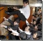 В парламенте депутаты подрались с охранниками