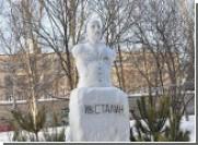 В Запорожье появился снеговик в виде памятника Иосифу Сталину