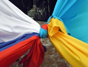 """В Одессе 5-метровые флаги Украины и России связали """"узлом дружбы"""""""