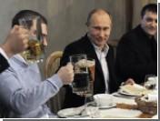 Владимир Путин выпил пива с футбольными фанатами (ВИДЕО)