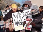 Индейцы перекрыли мост на границе Канады и США