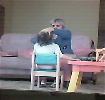В России родители изобличили няню-садистку. Видео