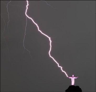 Молния повредила статую Христа в Рио-де-Жанейро. Видео