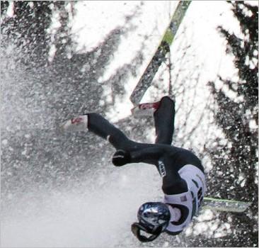 Летающий лыжник Моргенштерн получил тяжелую травму во время прыжка с трамплина. Видео