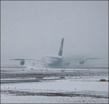 В двух штатах США ввели чрезвычайное положение из-за снежной бури. Видео