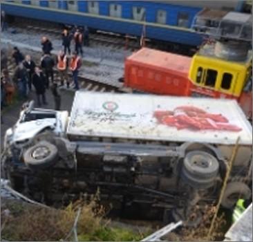 В Севастополе грузовик упал с моста. ВИДЕО, фото