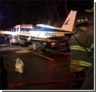 Самолет сел на автодорогу в Нью-Йорке. Фото