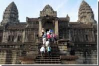 Французских туристов в Камбодже задержали за фото голышом в храме