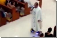Филиппинского священника пристыдили за рождественскую службу на ховерборде