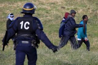 Во французском порту Кале мигранты прорвались на паром
