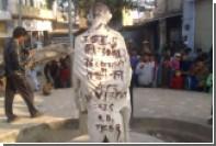 На статуе Ганди в Индии обнаружили предупреждение о готовящихся терактах