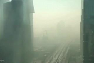 Опубликовано видео откутывающего Пекин смога