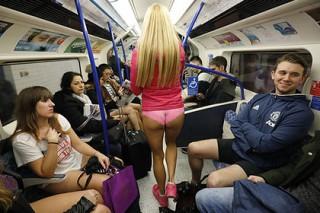 Пассажиры спустились в лондонское метро без штанов
