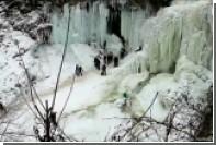 На туристов в США упала часть замерзшего водопада