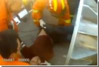 Пьяный китаец застрял в фонарном столбе