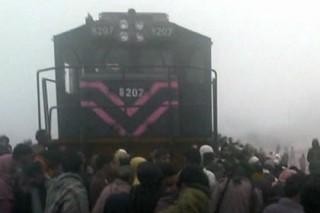 Поезд сбил семерых школьников на моторикше в Пакистане