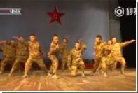 Китайские солдаты исполнили танец маленьких цыплят в честь Праздника весны